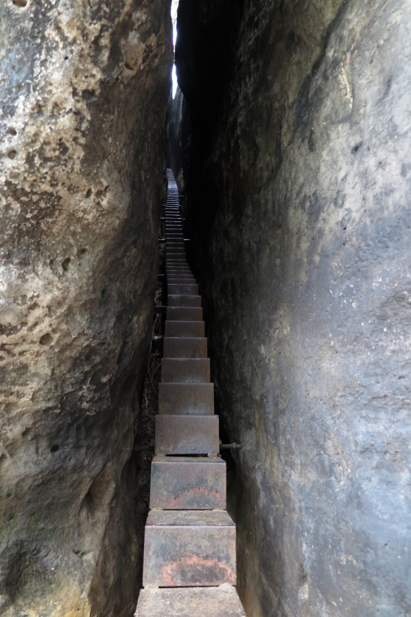 A baby stairway in the gap between the rocks.
